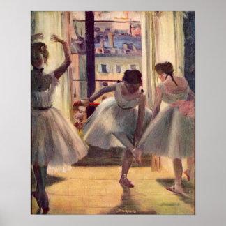 Tres bailarines en un cuarto de la práctica de Edg Póster