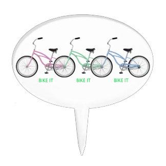 ¡Tres bicicletas coloridas con la bici de las pala Decoración De Tarta