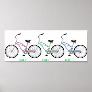 """Tres bicicletas coloridas con las palabras """"BIKE L Póster"""