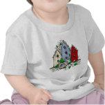 Tres Birdhouses, una jerarquía y flores Camisetas