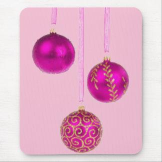 Tres bolas rosadas del navidad alfombrilla de ratón