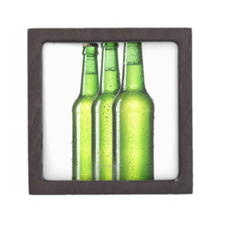 Tres botellas verdes de cerveza en el fondo blanco caja de joyas de calidad