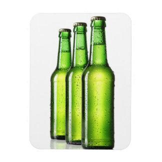 Tres botellas verdes de cerveza en el fondo blanco imán rectangular