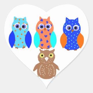 Tres búhos en productos múltiples pegatina en forma de corazón