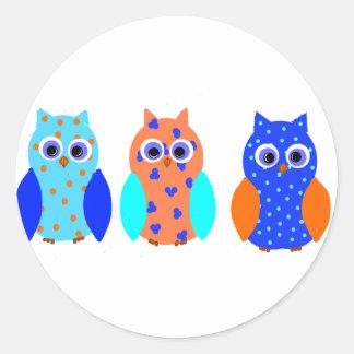 Tres búhos en productos múltiples pegatina redonda