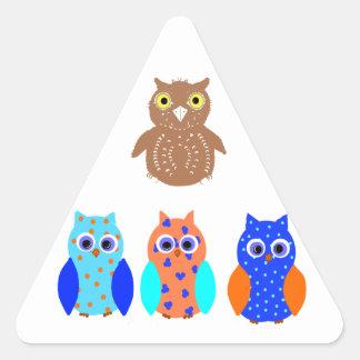 Tres búhos en productos múltiples pegatina triangular