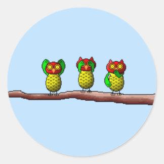 Tres búhos sabios, no oyen, ven y hablan ningún pegatina redonda