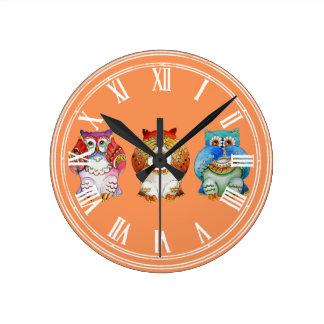 Tres búhos sabios reloj redondo mediano