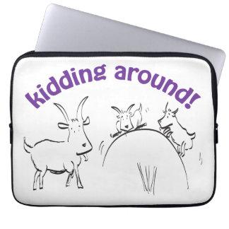 Tres cabras que embroman alrededor fundas portátiles