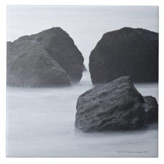 Tres cantos rodados grandes en la playa de rubíes, tejas