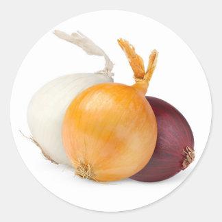 Tres cebollas de diversos colores pegatina redonda