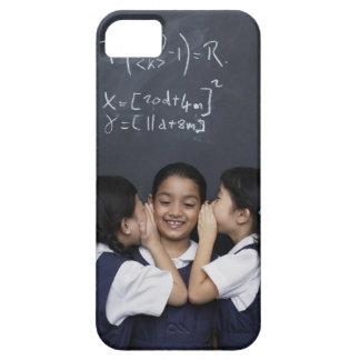 Tres chicas en el susurro de la sala de clase iPhone 5 Case-Mate protector