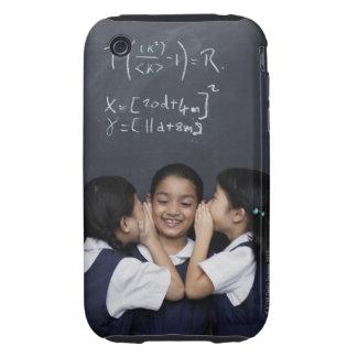 Tres chicas en el susurro de la sala de clase tough iPhone 3 fundas