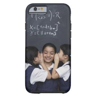 Tres chicas en el susurro de la sala de clase funda de iPhone 6 tough