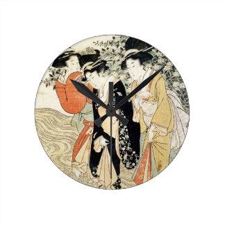 Tres chicas que se baten en un río, de la 'moda relojes