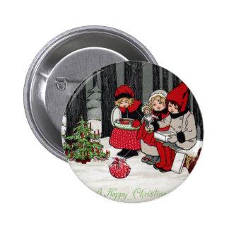 Tres chicas y un árbol de navidad en el bosque pin