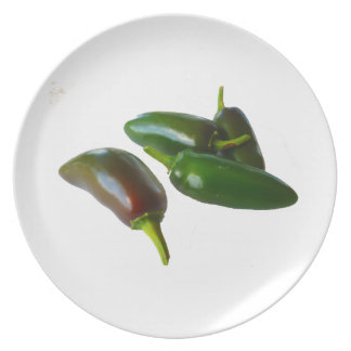 Tres colores de las pimientas verde entero y rojo  plato