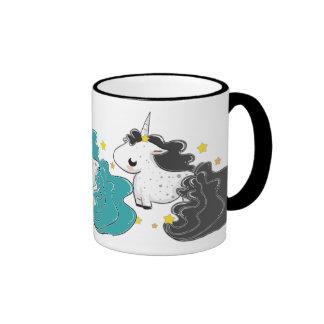 tres colores de los unicornios del dibujo animado taza a dos colores