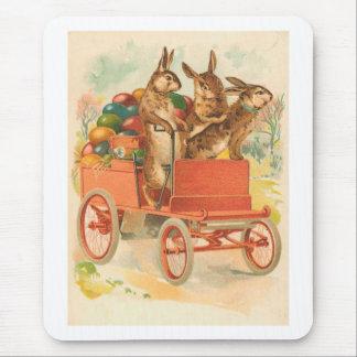 Tres conejitos de pascua con los huevos mousepads