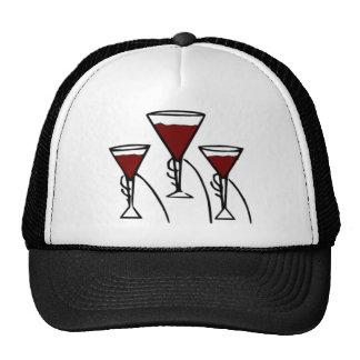 Tres copas de vino en dibujo animado de las manos gorros bordados