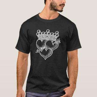 Tres corazones corona y daga playera