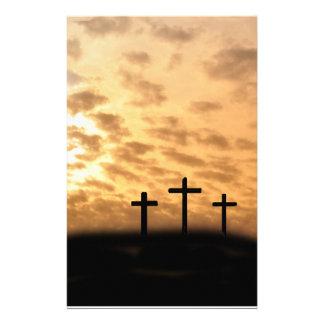 Tres cruces con una puesta del sol Pascua inmóvil Papeleria De Diseño