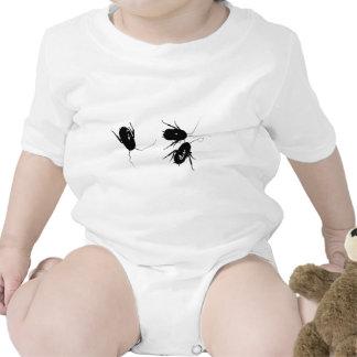 Tres cucarachas en la camisa del bebé