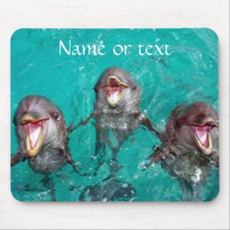 Tres delfínes en el océano mouse pads
