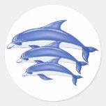 Tres delfínes pegatina redonda