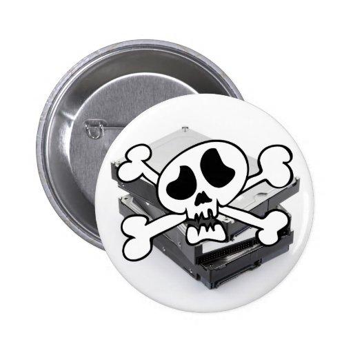 Tres discos duros apilados con el cráneo pin