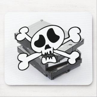 Tres discos duros apilados con el cráneo alfombrilla de raton