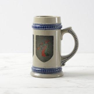 Tres dragones del escudo del metal jarra de cerveza