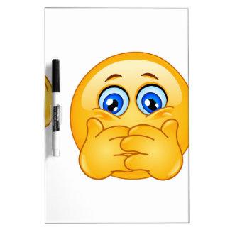 tres emojis sabios tablero blanco