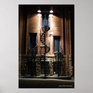 Tres escaleras en la noche posters