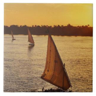 Tres falukas con los turistas en el río Nilo en Azulejo Cuadrado Grande