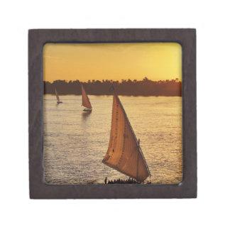 Tres falukas con los turistas en el río Nilo en Cajas De Joyas De Calidad