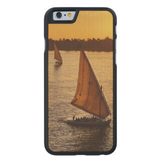 Tres falukas con los turistas en el río Nilo en Funda De iPhone 6 Carved® Slim De Arce