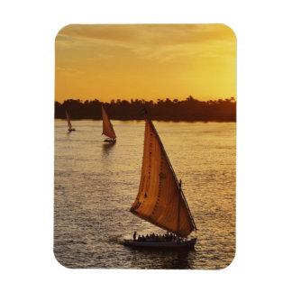 Tres falukas con los turistas en el río Nilo en Imanes