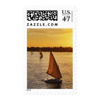Tres falukas con los turistas en el río Nilo en Timbre Postal