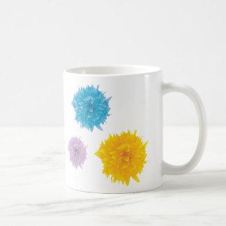 Tres floraciones coloridas taza