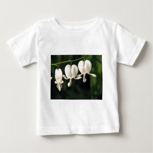 tres flores blancas del corazón sangrante t shirts