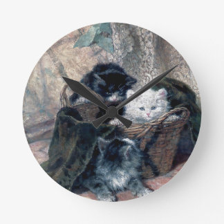 Tres gatitos en una pintura de la antigüedad de la reloj