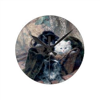 Tres gatitos en una pintura de la antigüedad de la reloj redondo mediano