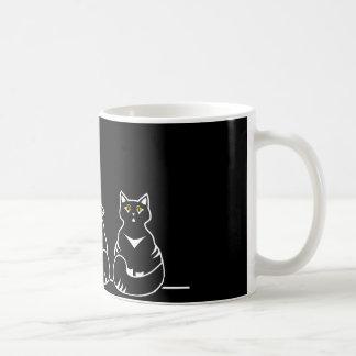 Tres gatitos no tan amistosos taza de café