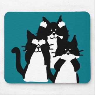 Tres gatitos sabios en un grupo tapetes de raton