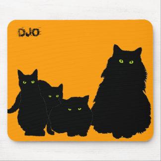 Tres gatitos y un gato en negro tapetes de ratón