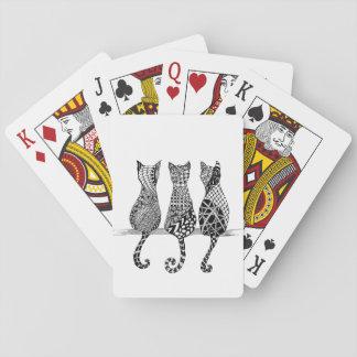 Tres gatos blancos y negros en naipes