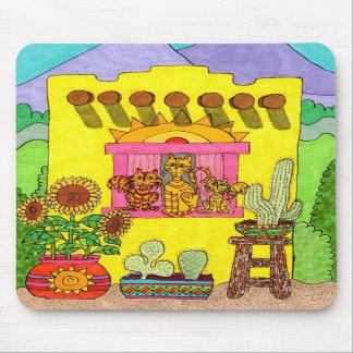 Tres gatos en una casa de Adobe amarilla Tapete De Raton
