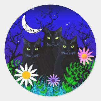 Tres gatos negros en los pegatinas de la noche pegatina redonda