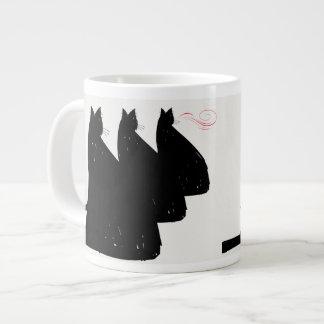 Tres gatos negros que se sientan y que miran taza grande